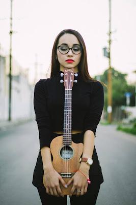 Melissa cargando su ukulele