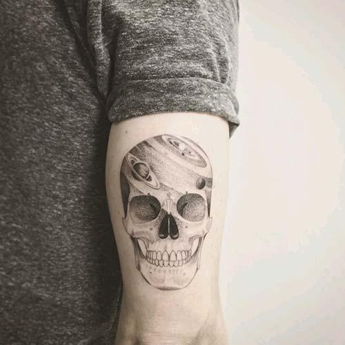 erkek arka kol kuru kafa dövmesi man arm back skull tattoo