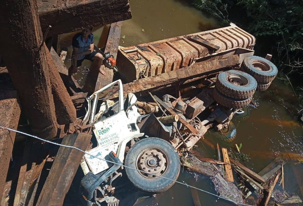 Caminhão cai de ponte, mata ex-prefeito e mais 2 em Jacareacanga
