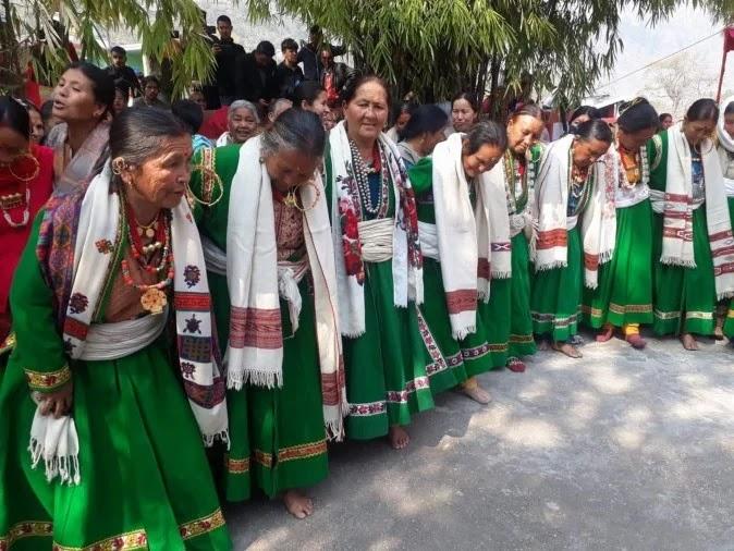 उत्तरकाशी के वीरपुर डुंडा में लोसर पर्व पर पारंपरिक परिधान में तांदी नृत्य करती महिलाएं