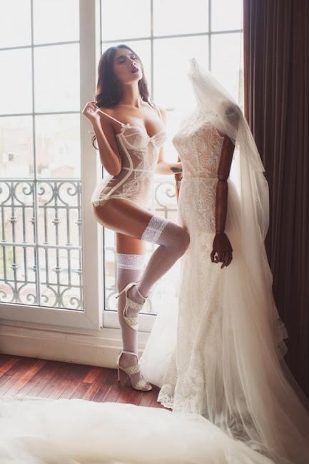 Nga Tây hóa cô dâu gợi cảm hết cỡ