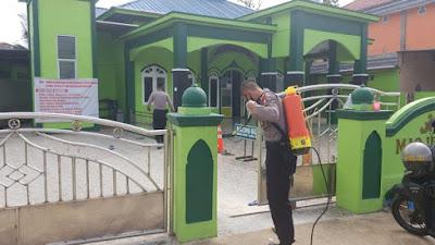 Regu Siaga Polres Sekadau Semprot Disinfektan di Masjid Al Ikhwan