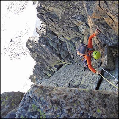 Escalador en el cuarto largo del Espolón Norte del Ramougn