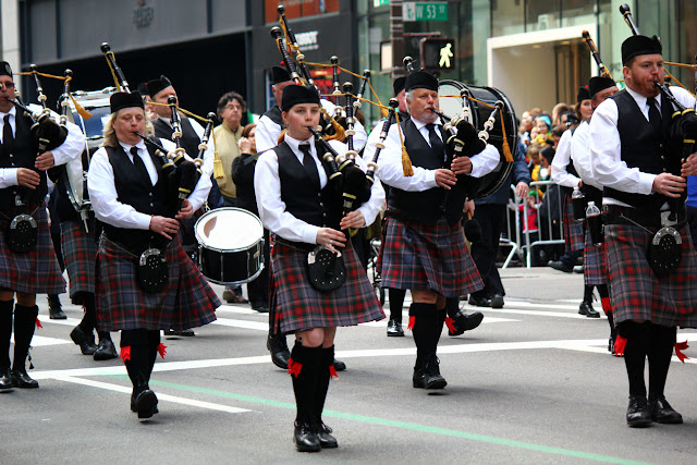 grupo de personas defilando en el Día de San Patricio en la ciudad de Nueva York