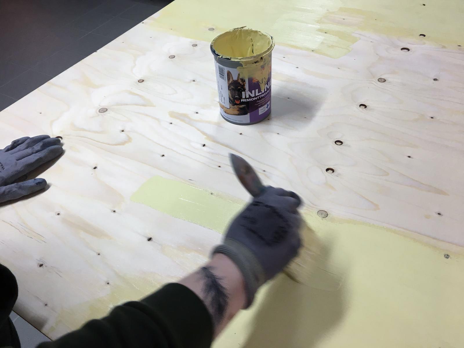 Vanerin maalaaminen pastellinkeltaisella