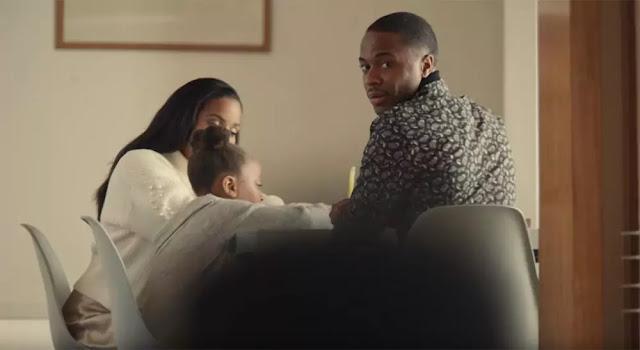 El futbolista Raheem Sterling observa a su hijo