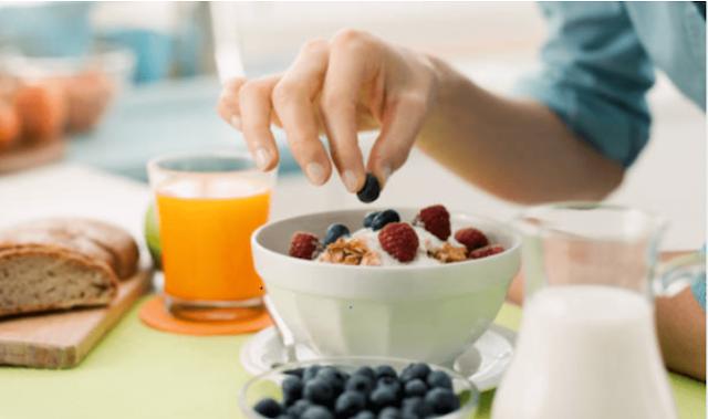 Haruskah saya memilih diet rendah karbohidrat atau rendah lemak?