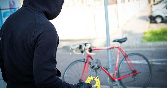 Lopott biciklit tolva futott bele a siófoki rendőrökbe