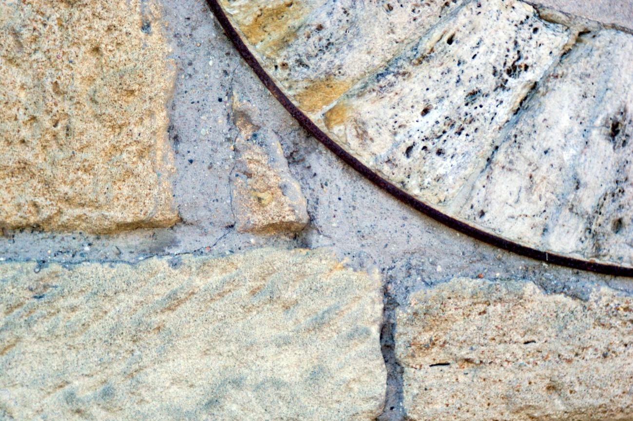 Fassaden&Mauern #2 — Eingelassener Mühlstein