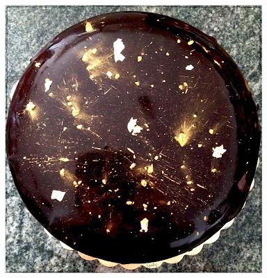 Dark chocolate cake con namelaka, confettura ai frutti di bosco, glassa a specchio e oro...