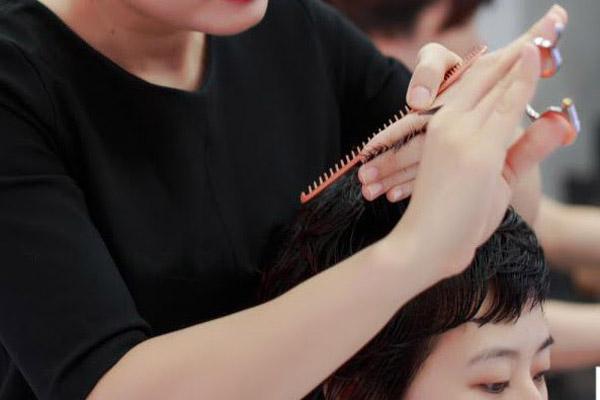Để thành công với nghề tạo mẫu tóc cần đôi bàn tay khéo léo