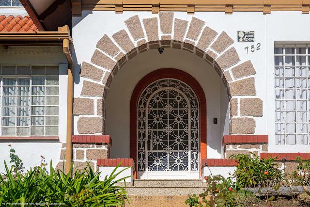 Casa na Avenida João Gualberto - detalhe da porta de entrada