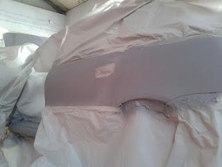 Ahora vemos el coche empapelado para proteger las zonas que no van a ser pintadas y se ha fondeado con aparejo