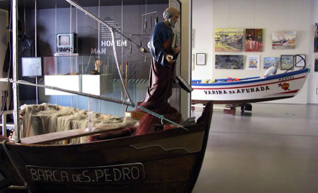 Barcos exposto no Centro Interpretativo da Afurada com imagem de São Pedro