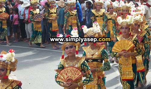 KUTA KARNAVAL : Ini adalah parade Kuta Carnival tahun 2007 yang menampilkan berbagai budaya yang unik Bali. Saya beruntung pernah menyaksikan parade yang eksotis ini. Foto Asep Haryono