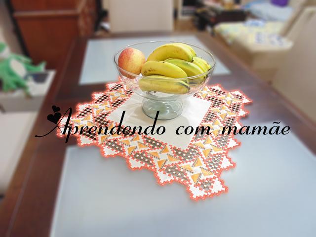doilie hardanger, bordado, cânhamo grosso bege, linha esterlina, revista Bordados Yaranas Hardanger, Toalha quadrada com motivo laranja e marrom