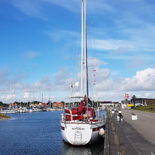 Unsere 11 besten Ausflugstipps für die Ostseeküste Nordjütlands. Im Hafen von Hou kann man gut flanieren, und Familien mit Kindern können den Spielplatz besuchen.