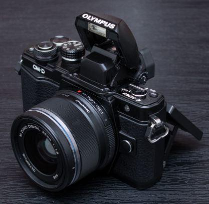 Harga dan Spesifikasi Kamera Olympus EM10 mark II - Walau di foto ilustrasi  ini kamera dipadankan dengan lensa 25mm fix 042f2dd78c