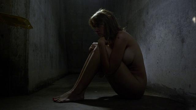 confinement solitaire nue pour femme prisonnière humiliée et laisser à poil en cellule