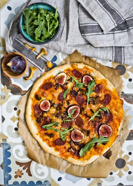 domowa pizza z chorizo, kurkami i figą