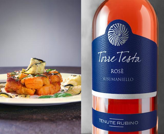 Der Torre Testa Rose der Tenute Rubino passt perfekt zu Gnocchi in Tomatensauce.
