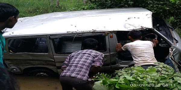pihani-marg-par-aniyantrit-van-khaii-me-palti-ek-darjan-sawariya-ghayal