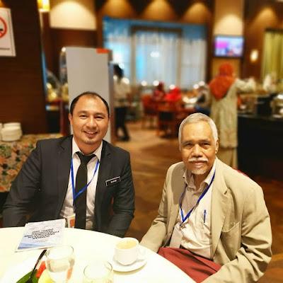 Cikgu Hailmi bergambar kenangan dengan Prof Ulung Datuk Dr Osman bin Bakar