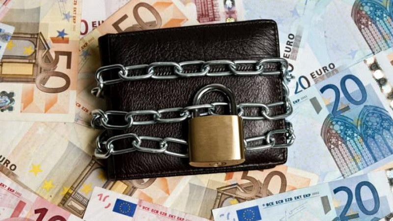 Με κατασχέσεις λογαριασμών βάλθηκαν να κλείσουν τις μικρομεσαίες επιχειρήσεις που άντεξαν στην κρίση