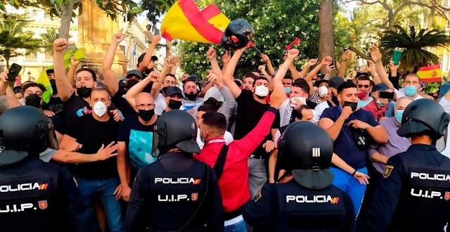 """حاصروا فندقه وطالبوا بطرده من المدينة.. سكان سبتة يمنعون زعيم """"فوكس"""" بالقوة من تنظيم مظاهرة معادية للمغرب"""