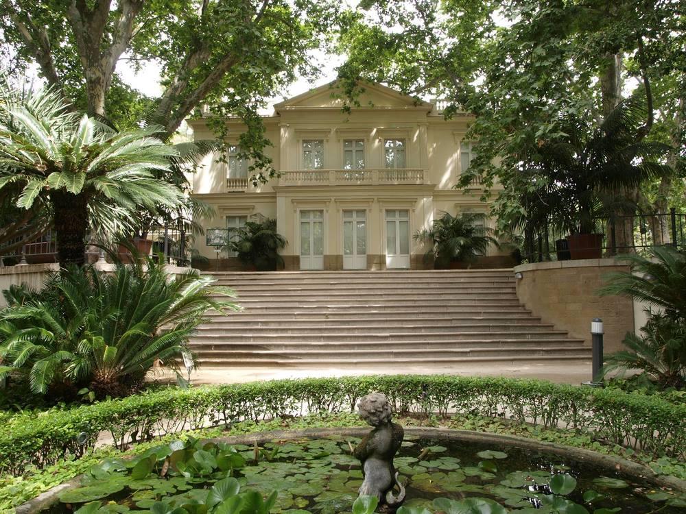 mansión en el Jardín Botánico la Concepción de Málaga, estaque de nenúfares y estatua
