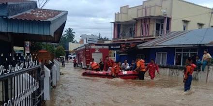 7 Νεκροί και καταστροφές από τις καταρρακτώδεις βροχές στην Σουμάτρα