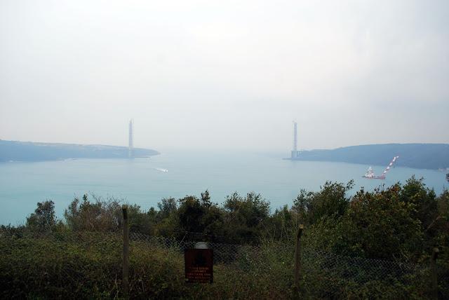 Вид с крепости Йорос (Генуэзской крепости) на строящийся 3-ий мост через Босфор и выход в открытое Чёрное море. Турция.