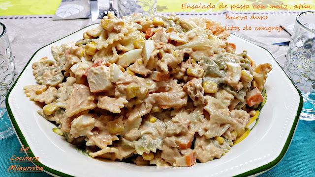 Ensalada de pasta con maíz atún huevo duro y palitos de cangrejo