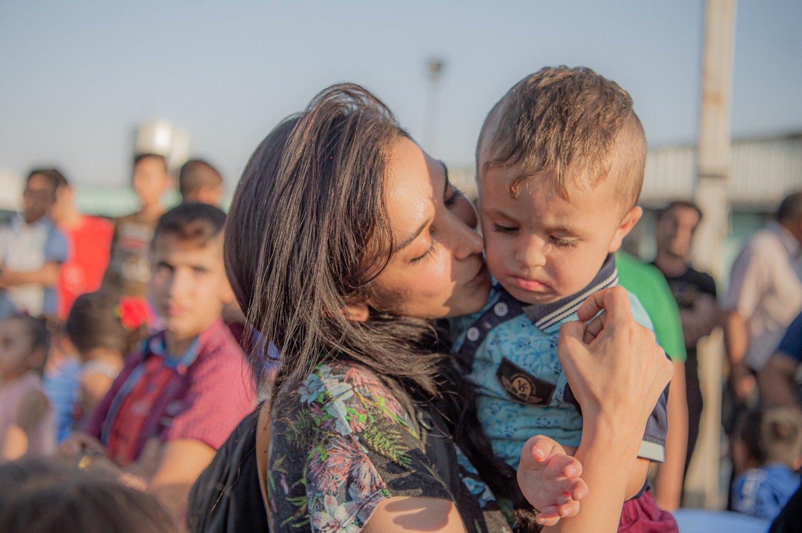 抱いた赤ちゃんに口付けするサヘル・ローズ