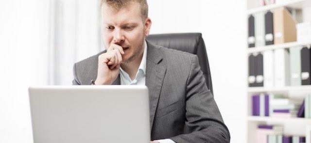 رجل أعمال مهتم بالعمل في مكتبه