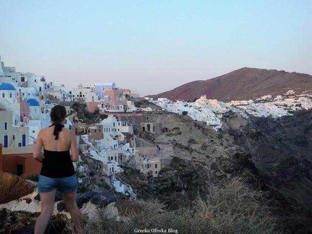 białe domki Santorini na tle wysokich gór Fira  Grecja