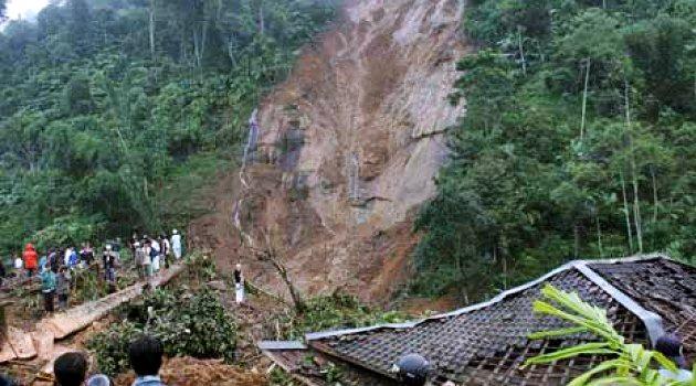 Foto bencana alam tanah longsor 60