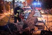 Háznak dőlt fa Biharkeresztesen, roncsolódott gépjárművek Debrecenben