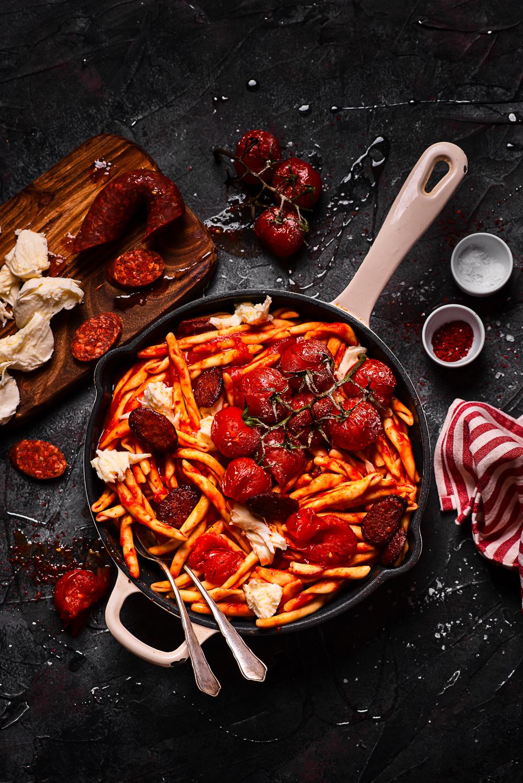 Makaron z chorizo, pieczonymi pomidorkami i mozzarellą