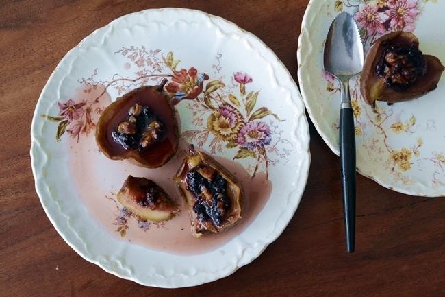Peras al horno con moras y nueces