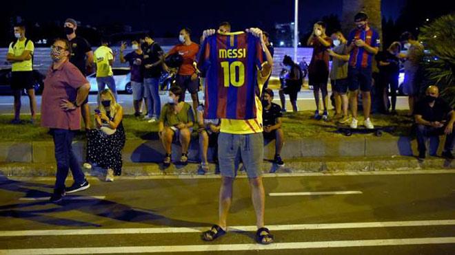 Messi gửi fax đòi rời Barca: Fan biểu tình ngoài Nou Camp, quan lớn xúc động chia tay 6
