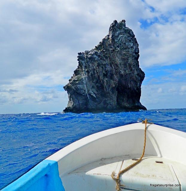 O barquinho se aproximando do Motu Kao Kao, na Ilha de Páscoa