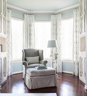 Sugestões para decorar a sala e o quarto em azul, numa casa cheia de estilo.