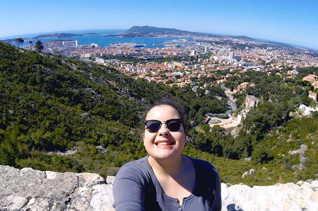 Portrait sur le Mont Faron avec le panorama de Toulon en arrière plan