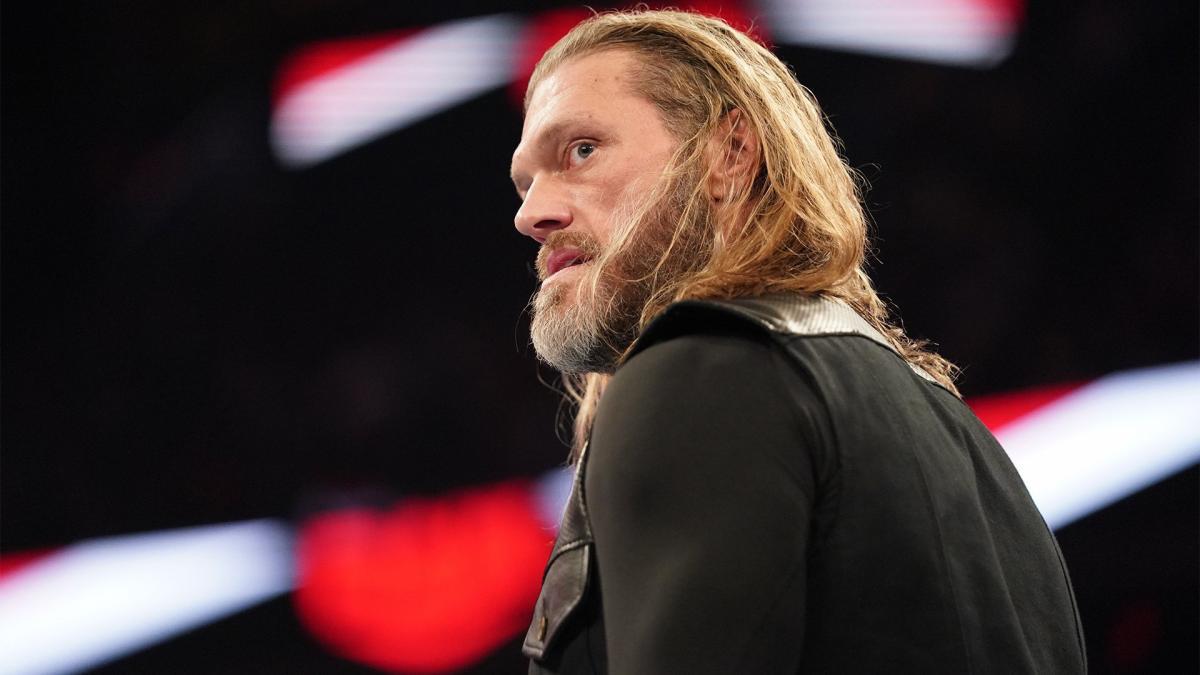 Edge deixa o ringue de maca após luta com Seth Rollins no WWE SmackDown