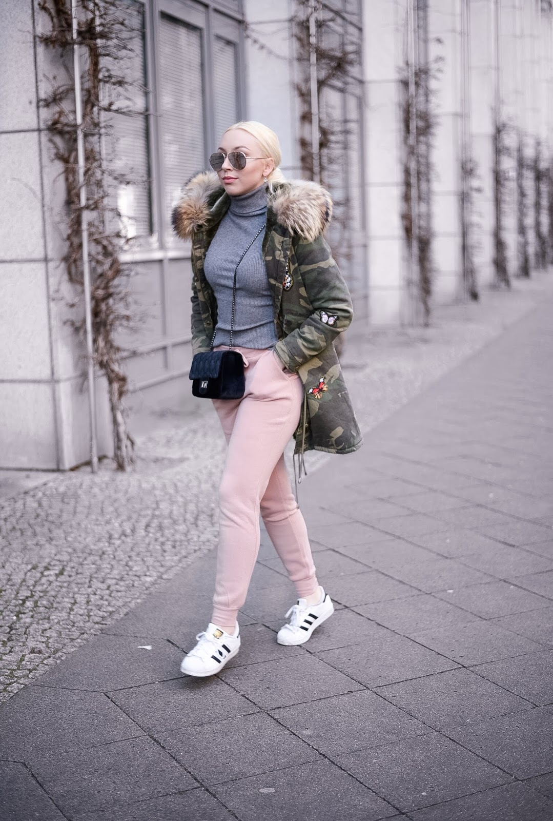 joggers streetstyle_how to style joggers_how to wear joggers_fur parka