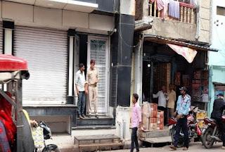 शहर के बड़े सर्राफा कारोबारी कीर्तिकुंज के कई ठिकानों पर छापा   #NayaSaberaNetwork