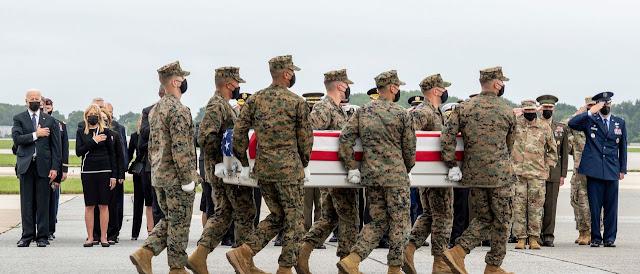 Madre del militare USA ucciso a Kabul critica Biden e Facebook elimina il suo account