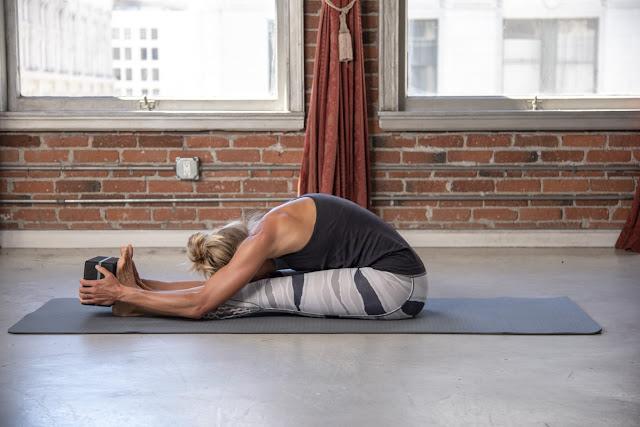 Tứ thế ngồi về phía trước ( Bài tập yoga Paschimottanasana )