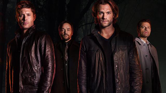 Jean, Crowley, Sam e Castiel da série Supernatural